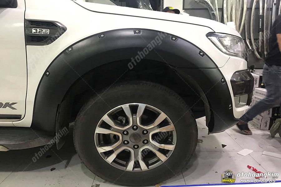 Phụ kiện Ford Ranger quan trọng - Ốp cua lốp giúp bảo vệ xe trống trấy xước