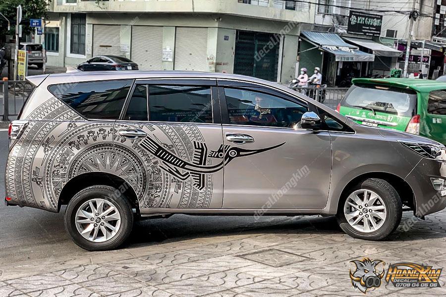 Dán tem xe Toyota Innova có 1 không 2 tại Hoàng Kim