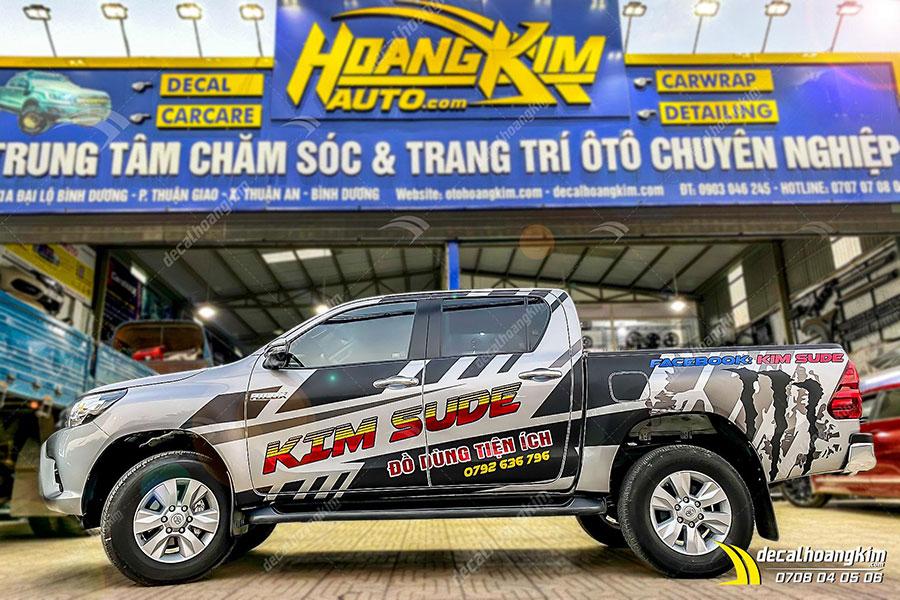 Tem xe Toyota Hilux trắng tính khôi phối họa tiết đen