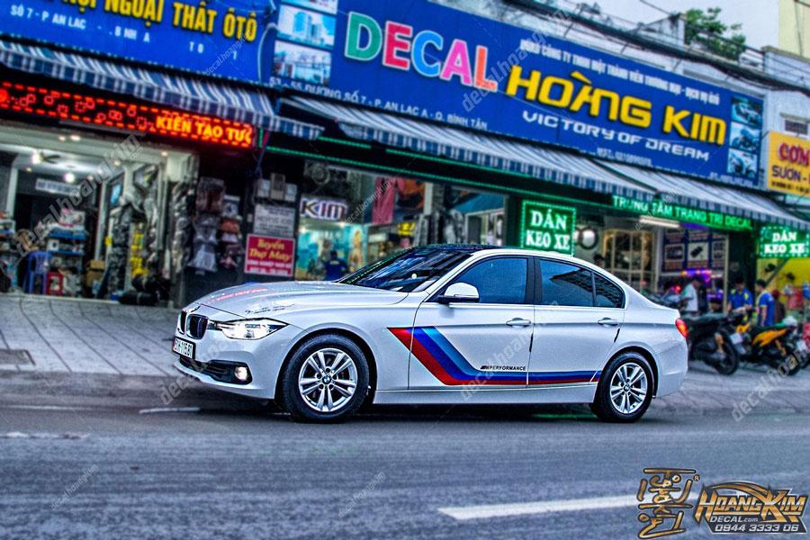 Tem xe BMW phối màu đơn giản