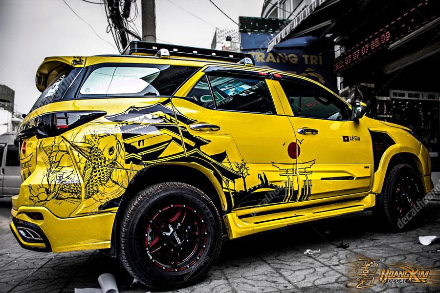 Tem xe Toyota Fortuner màu vàng chất chơi