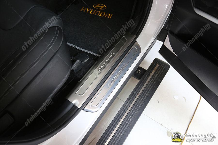 Ốp bậc lên xuống Santafe giúp xe chống trầy xước hiệu quả