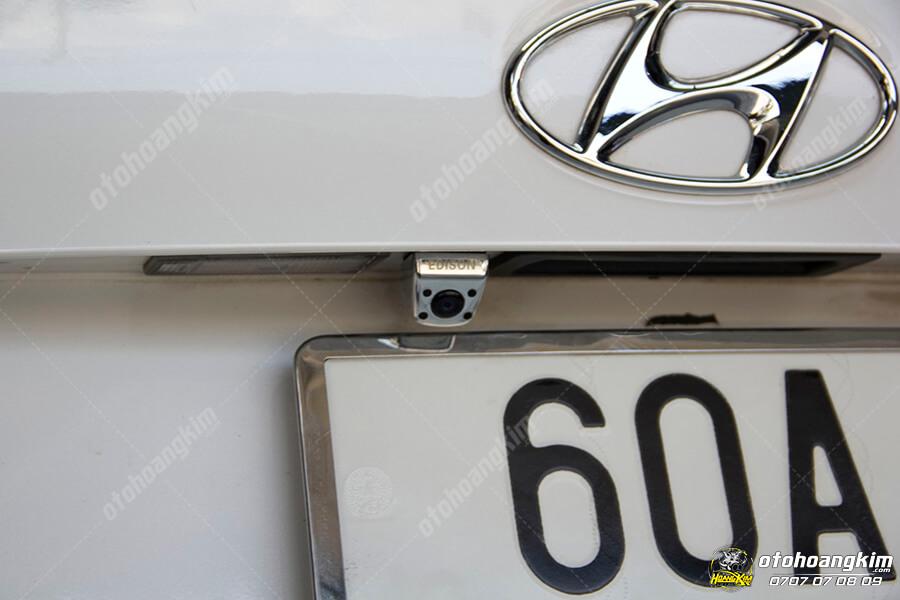 Camera lùi được gắn sau xe giúp việc đậu, dừng xe dễ dàng hơn