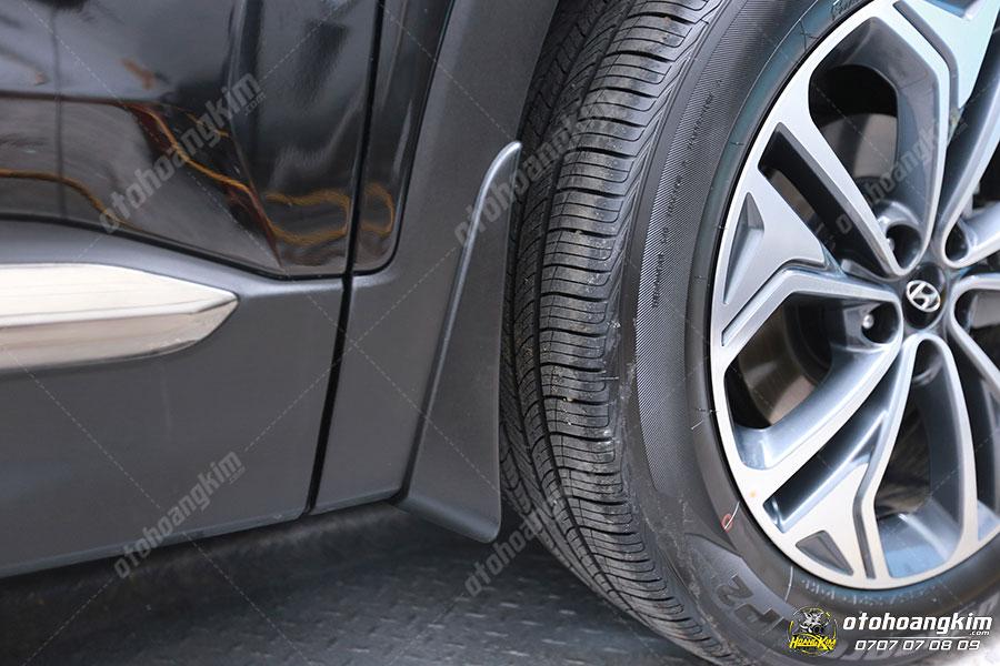 Chắn bùn 4 bánh gắn trên chiếc Hyundai Santafe