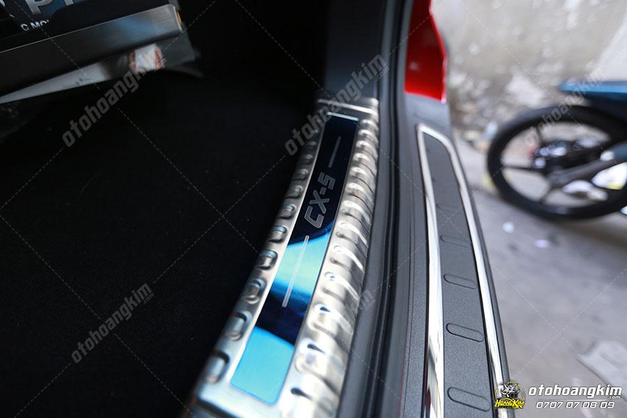 Gắn chống trầy cốp phần nhựa còn tăng tính thẩm mỹ cho xe
