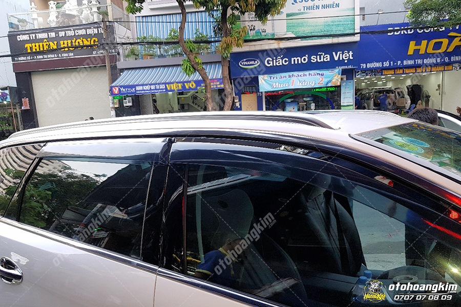 Có nên lắp vè che mưa cho ô tô
