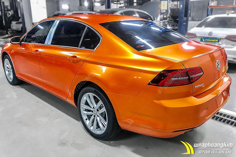 Dán đổi màu Candy cam ma thuật Volkswagen Passat nổi bật giữa phố