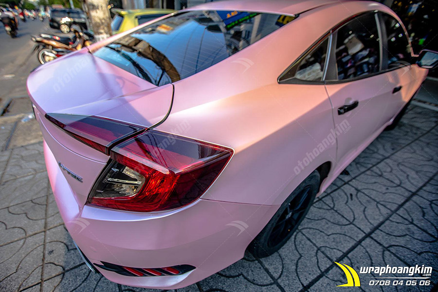 Dán đổi màu mờ bóng hồng phấn ánh kim Honda Civic thể hiện sự nhẹ nhàng tinh khiết nhưng cũng không kém phấn chất chơi