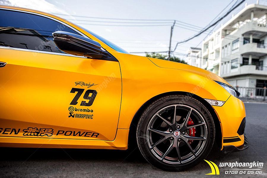 Dán đổi màu vàng mờ Toyota Camry đầy quyến rũ khi du ngoạn trên đường