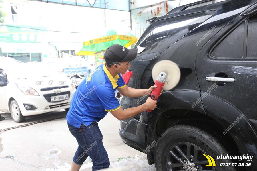 Đánh pass để làm tăng độ bóng nhắm xóa vết xước trên ô tô