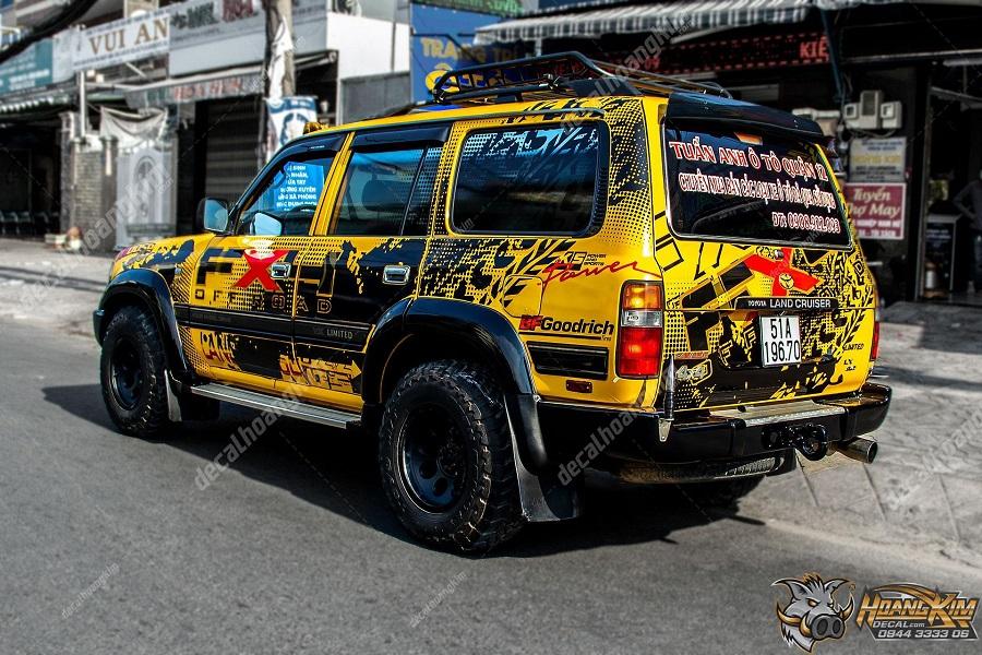 decal quảng cáo hầm hố trên chiếc Toyota Land Cruiser màu vàng
