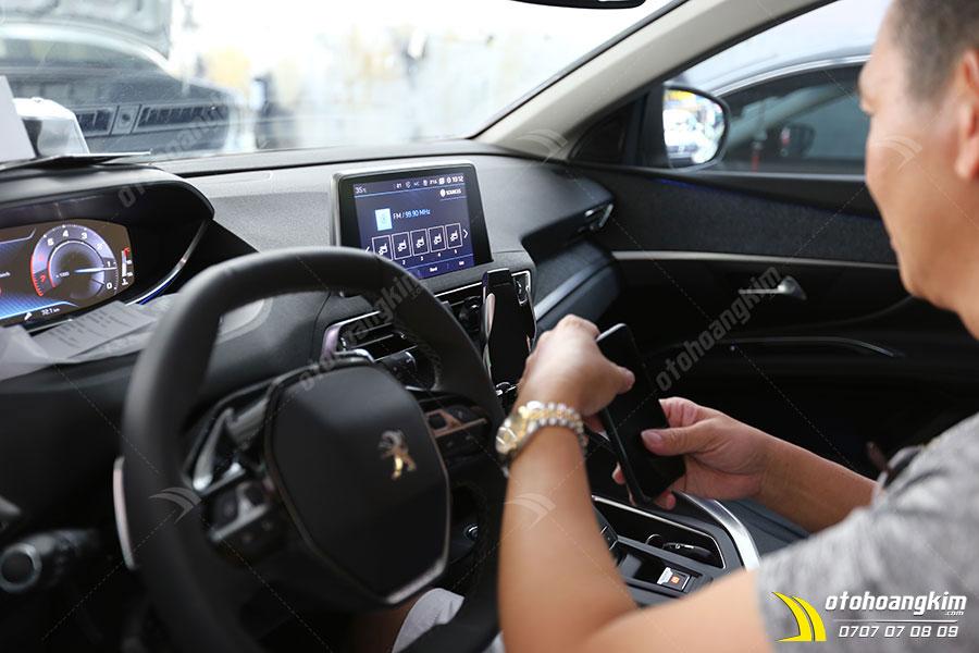 Giá đỡ điện thoại trên ô tô giúp cố định điện thoại chắc chắn