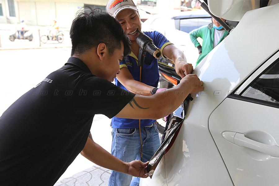 Học viên được thực hành khi học nghề độ xe ô tô tại Hoàng Kim