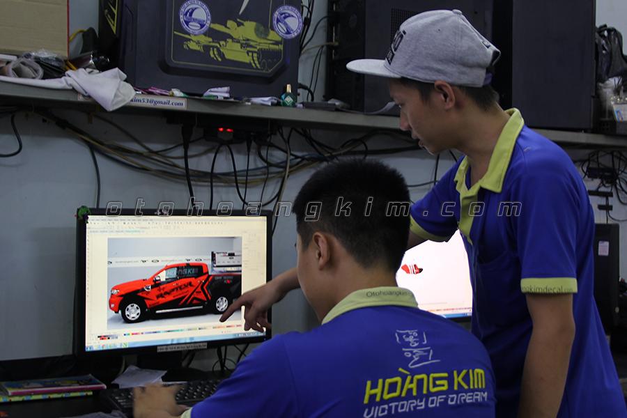 Học viên học thiết kế tem xe tại Hoàng Kim