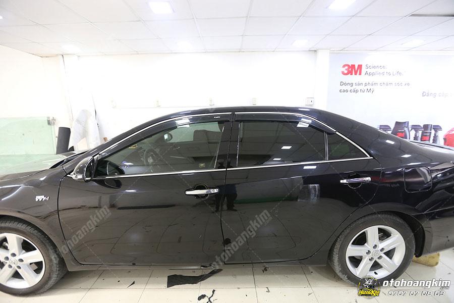 Viền kính ô tô được lắp đặt trên xe Camry