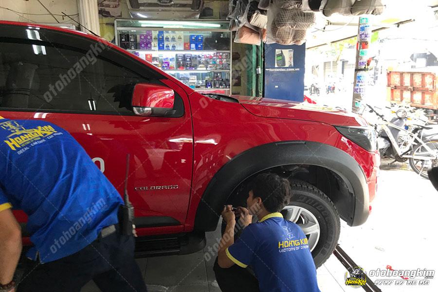 Ốp cua lốp ô tô được lắp ráp nhanh chóng bởi kỹ thuật chuyên nghiệp