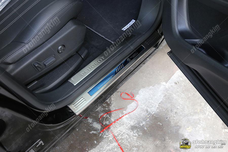 Nẹp bước chân ô tô phần sơn là sản phẩm riêng cho từng dòng xe và có logo hãng xe