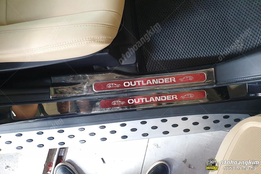 Nẹp bước chân ô tô phần nhựa cho xe Outlander