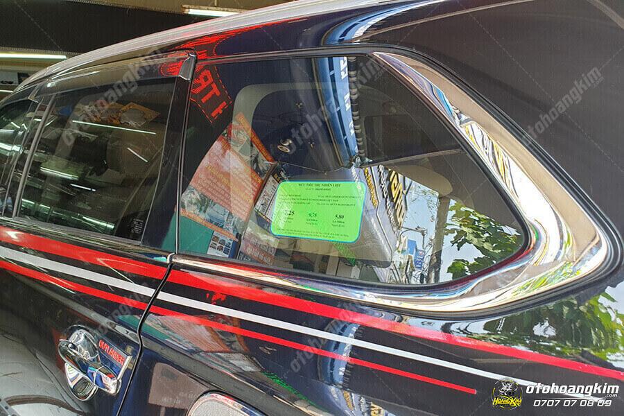 Viền kính ô tô được lắp trên xe Outlander