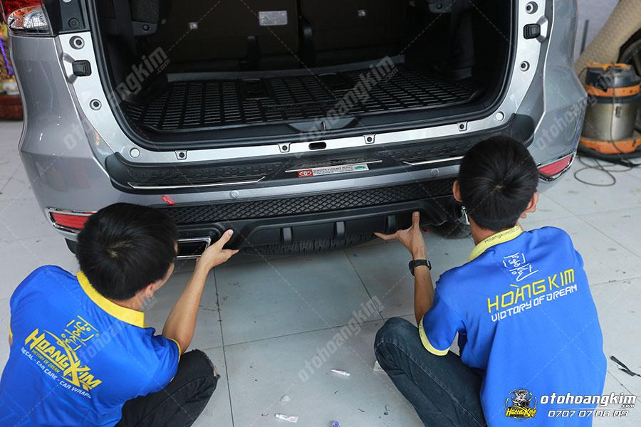 Ô tô Hoàng Kim gắp ốp chống trầy cốp sau Fortuner miễn phí khi mua sản phẩm của chúng tôi