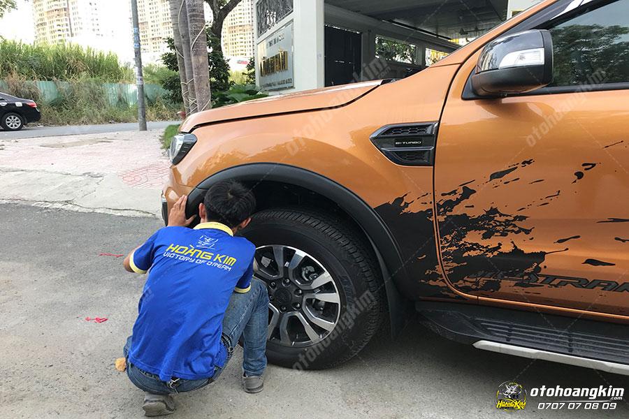 Ô tô Hoàng Kim thay ốp cua lốp chuyên nghiệp tại tphcm