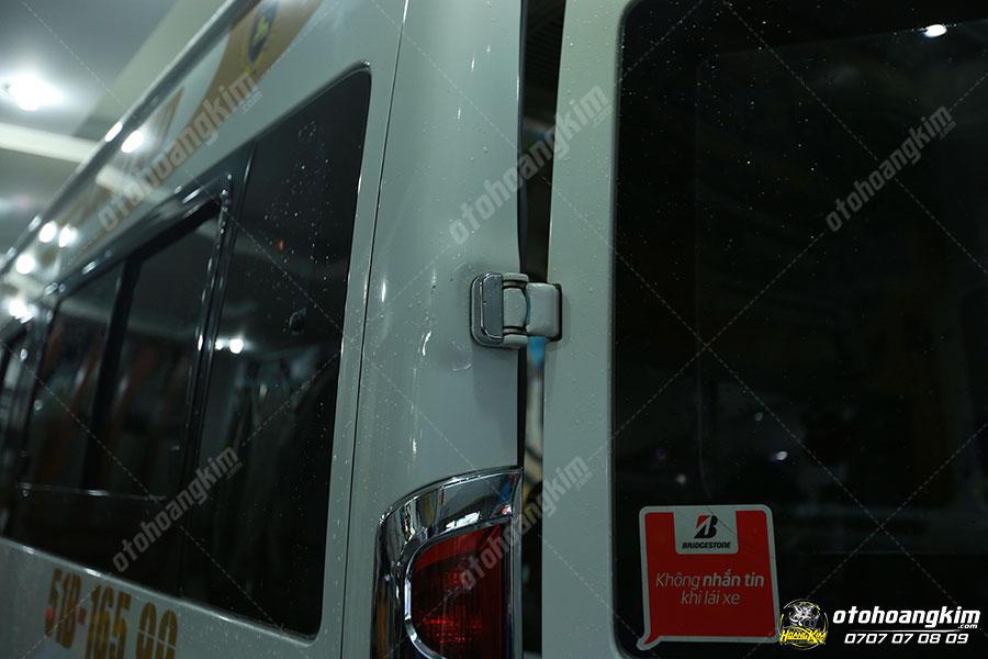 Ford Transit là dòng xe thường xuyên được lắp ốp bản lề