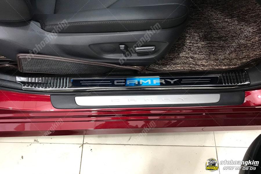Ốp bậc cửa ô tô Camry giúp giữ vệ sinh xe