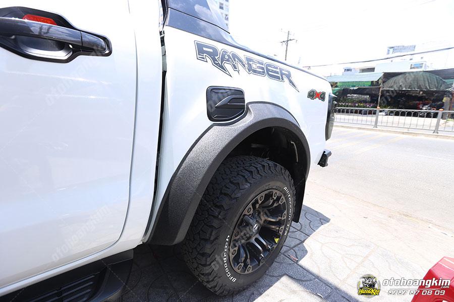 Với vẻ ngoài mạnh mẽ thì Ford Ranger được gắn ốp cua lốp càng làm tăng thêm vẻ hầm hố cho xe