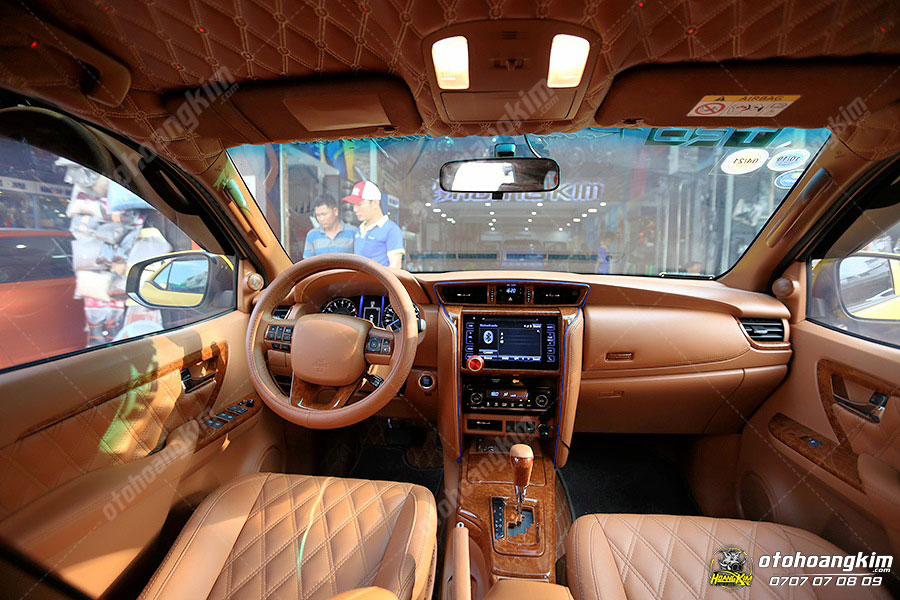 Ốp nội thất chi tiết vân gỗ trên ô tô Fortuner