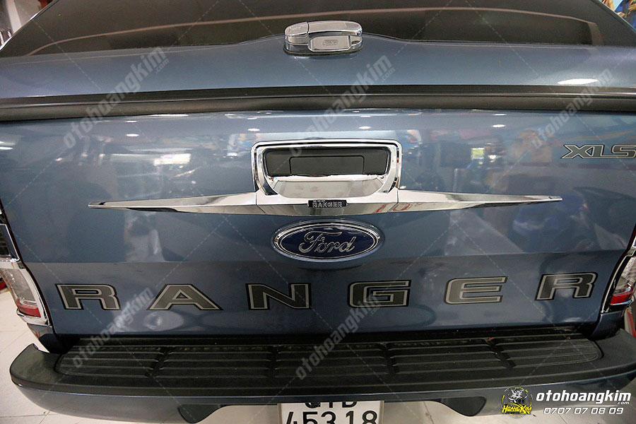 Ốp tay mở cốp Ford Ranger được gắn tại Ô tô Hoàng Kim