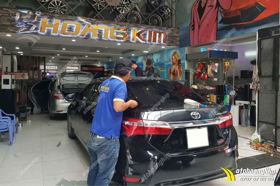 Ô tô Hoàng Kim dán phim cách nhiệt 3M cho Toyota Altis tại chi nhánh Tp.HCM và Bình Dương