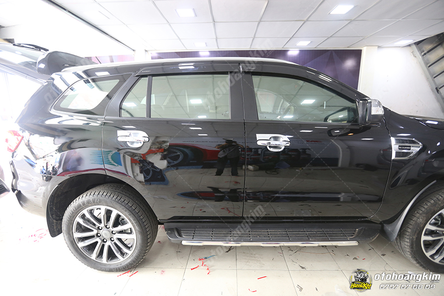 Gắn ron khung cửa kính ô tô Ford Everest