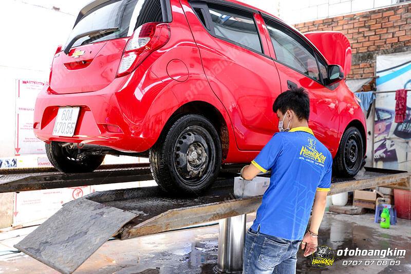 Rửa sạch xe trước khi xóa vết xước trên ô tô