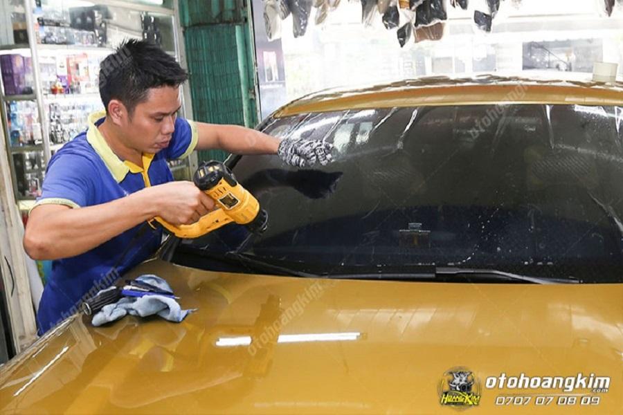 Đội ngũ thợ chuyên nghiệp dán phim cách nhiệt ô tô nhanh chóng cho khách hàng tại Ô Tô Hoàng Kim chi nhánh Tp.HCM và Bình Dương
