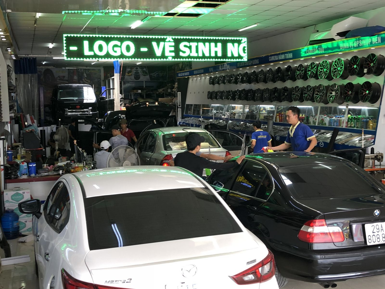 Khách trang trí nội thất ô tô hàng ngày tại Hoàng Kim