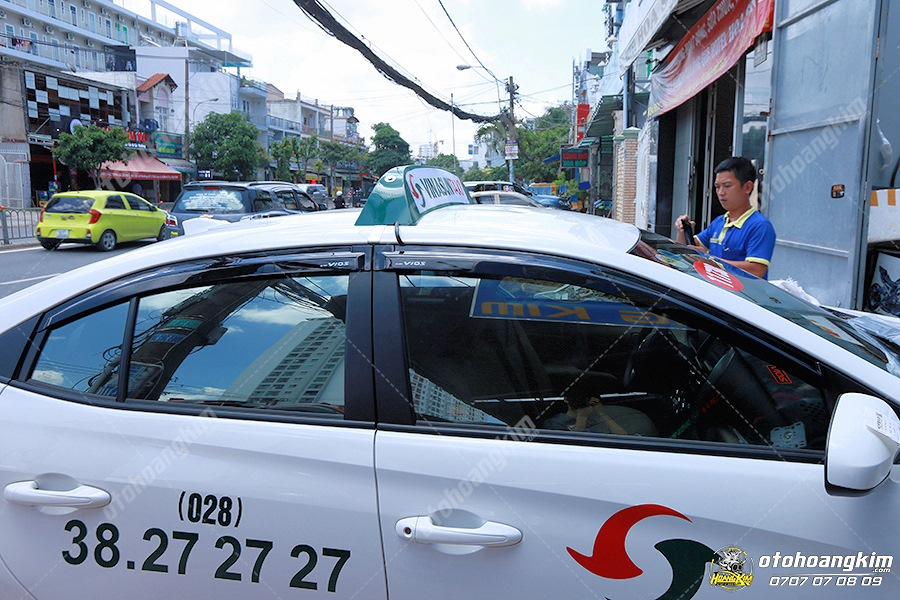 Vè che mưa ô tô Vios gắn trên xe Taxi