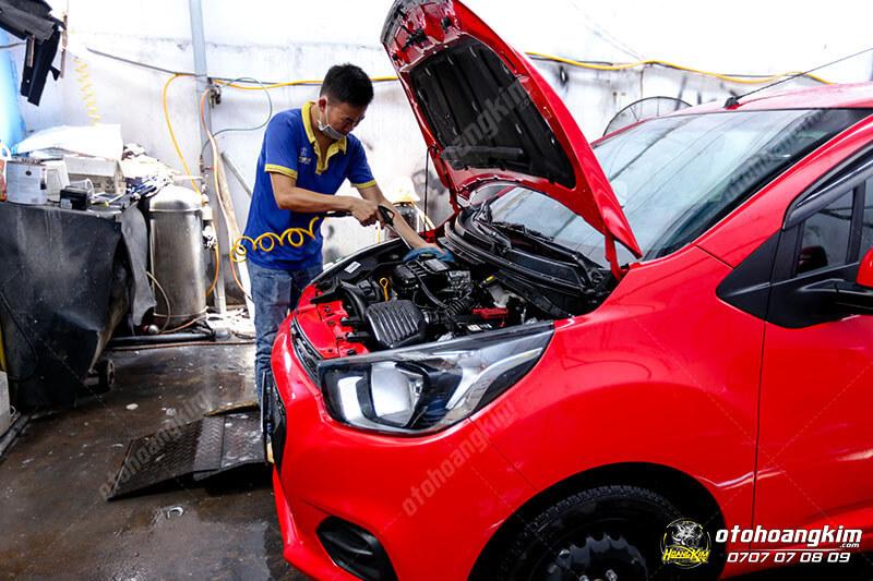 Xe Chevrolet Spark đang được vệ sinh khoang máy ô tô tại Hoàng Kim