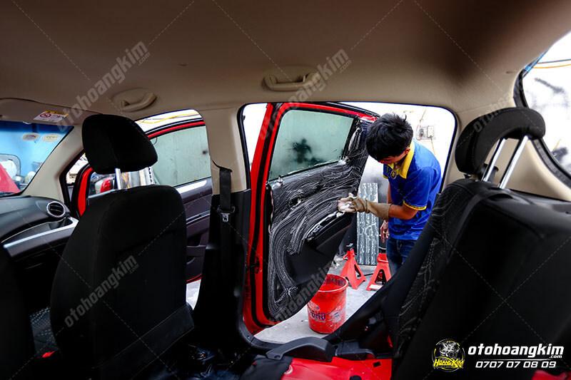 Vệ sinh nội thất ô tô phần cánh cửa