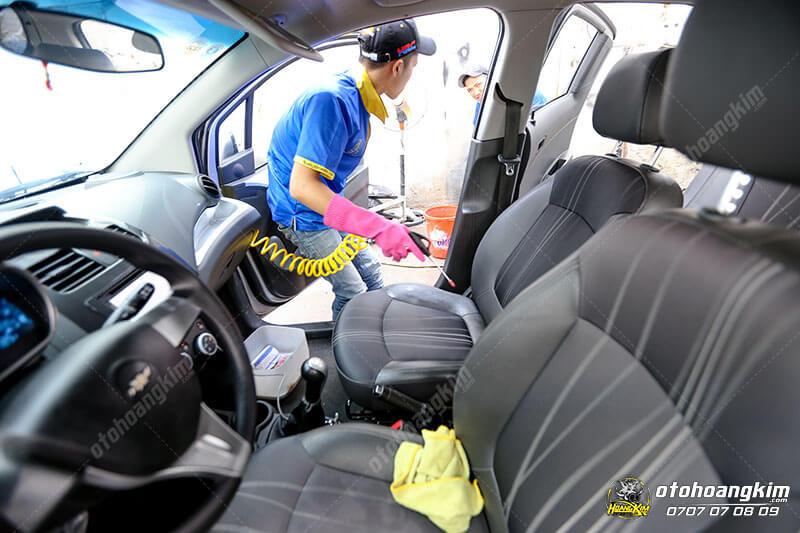 Vệ sinh nội thất ô tô phần ghế trước và taplo