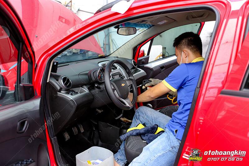 Vệ sinh nội thất ô tô phần điều khiển
