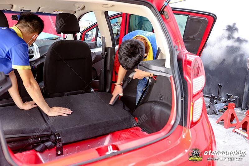 Vệ sinh nội thất ô tô phần khoang ghế ngồi sau