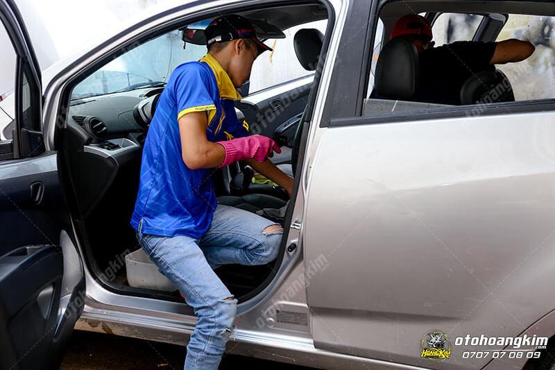 Vệ sinh nội thất xe hơi tại trung tâm chăm sóc ô tô Bình Dương