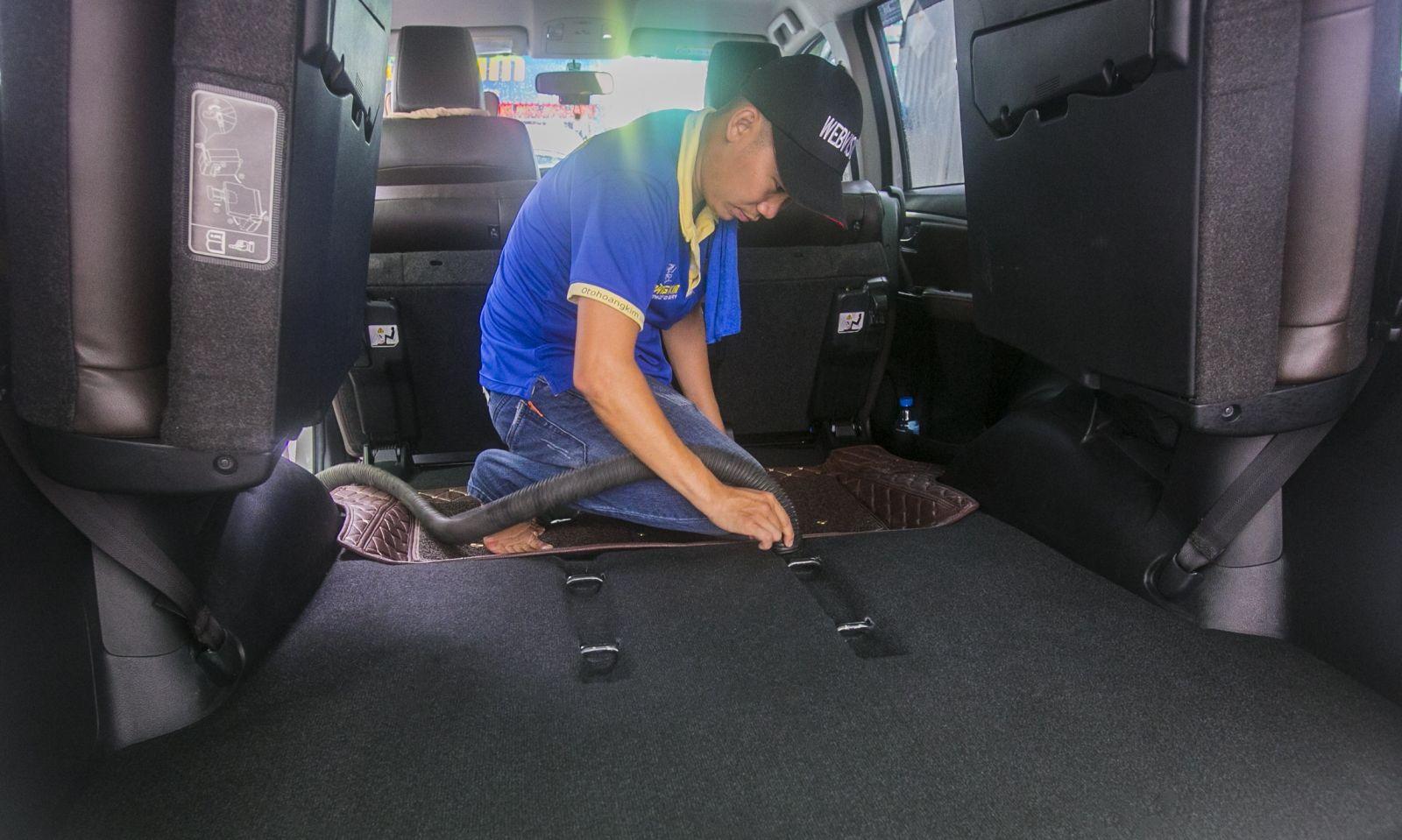 Vệ sinh nội thất ô tô giúp hạn chế mùi