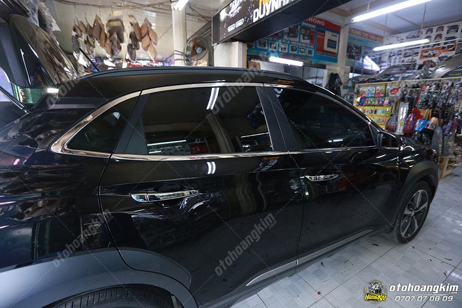 Linh kiện ngoại thất ô tô - viền khung kính được bán và lắp đặt tại Ô Tô Hoàng Kim chi nhánh Tp.HCM và Bình Dương