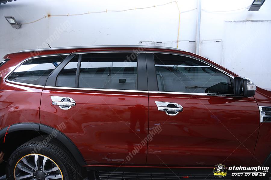 Viền kính sang trọng cho chiếc Ford Everest màu đỏ
