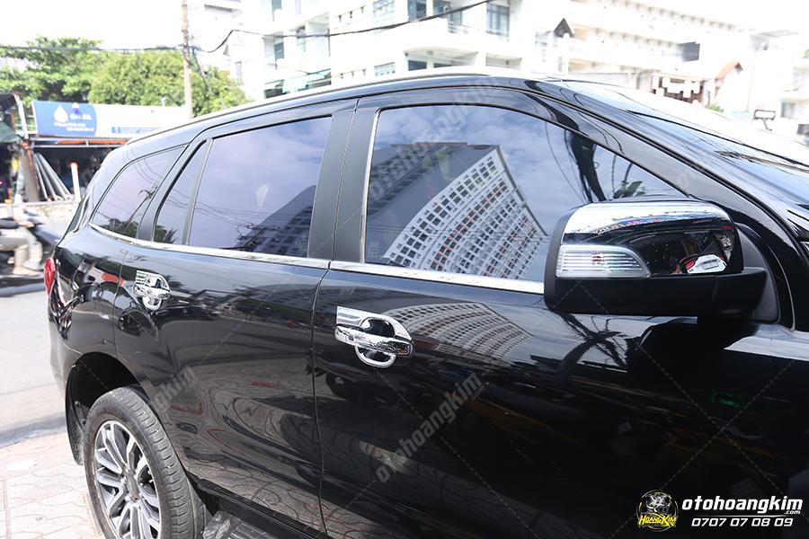 Viền kính sang trọng cho chiếc Ford Everest màu đen