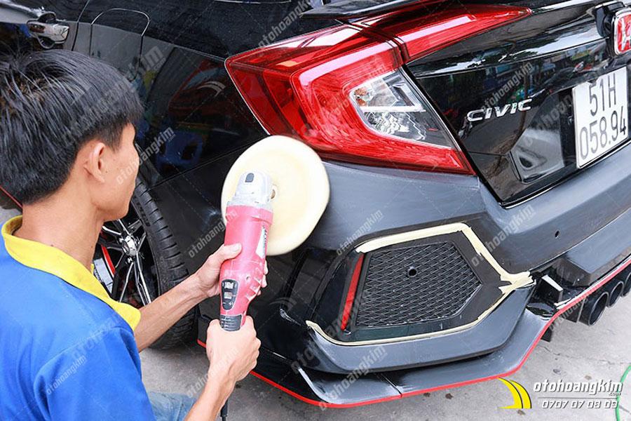 Đánh bóng để xóa vết xước trên ô tô lần 1